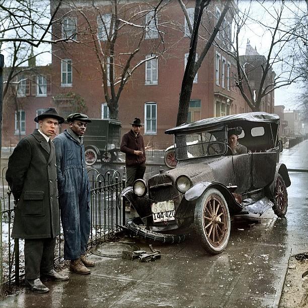 RT @kwasbeb dagens superläckra bild är denna kolorerade bilolycka från 1921: http://t.co/qiGK8XiUjo