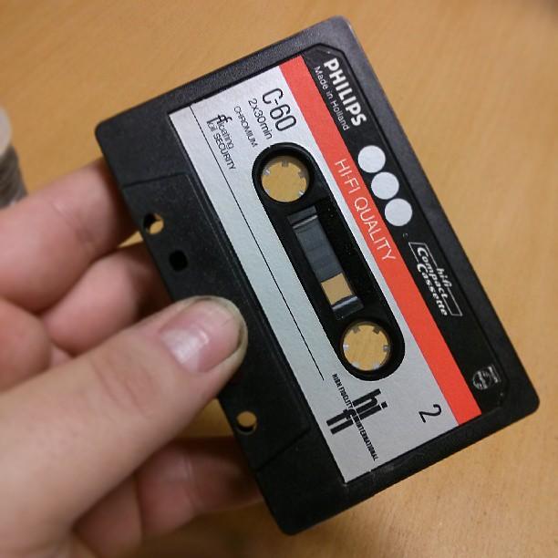 ...som det sitter ett kassettband i. Sån här har jag inte sett på typ 10-15 år.  Kändes overkligt, allt det där om att vända på bandet och spola det hit och dit kom tillbaka. Overkligt. Och jag känner mig gammal... #HiFidelity #Philips #Chromium #C-60