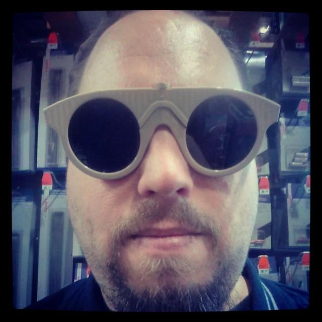 Bakom mina solglasögon, kan jag va mig själv...