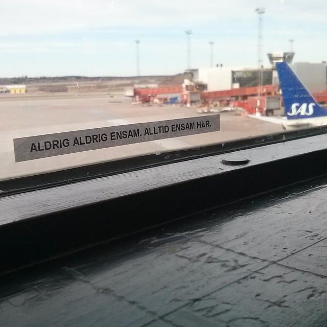 Nån #vardagspoet har gått loss med en #DYMO på ett #fönster på #Arlanda