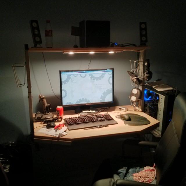 Efter ett år på litet, lågt och trångt 50-talsbord har jag äntligen fått mitt stora fina #IKEA #Jerker-bord på plats igen. Saknar en till skärm på högkant på vänster sida bara.