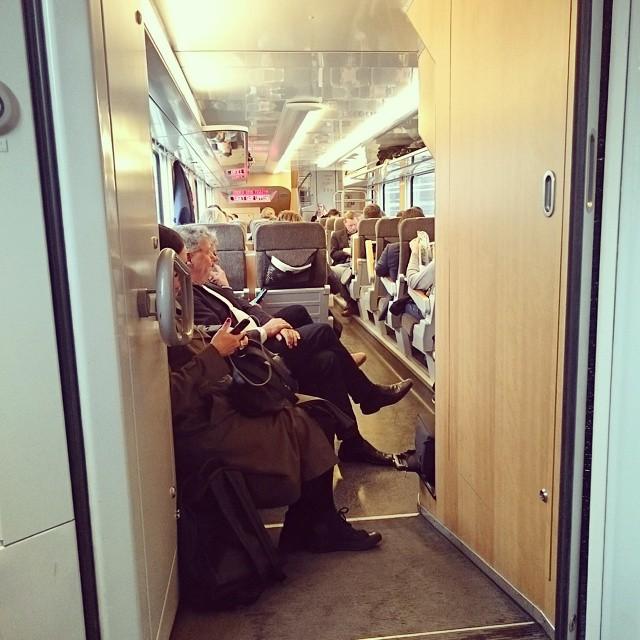 Tåget är lite fullt, så fick sitta i farstun på väg hem, med denna utsikt. #SJ #Pendlarliv