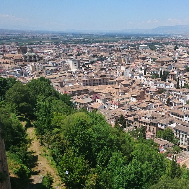 Jag blir aldrig trött på utsikten över #Granada. Bilder gör den aldrig rättvisa. Här är den från #Alhambra.I never get tired of the view of Granada. Photo doesn't do it justice. . This one is from Alhambra.