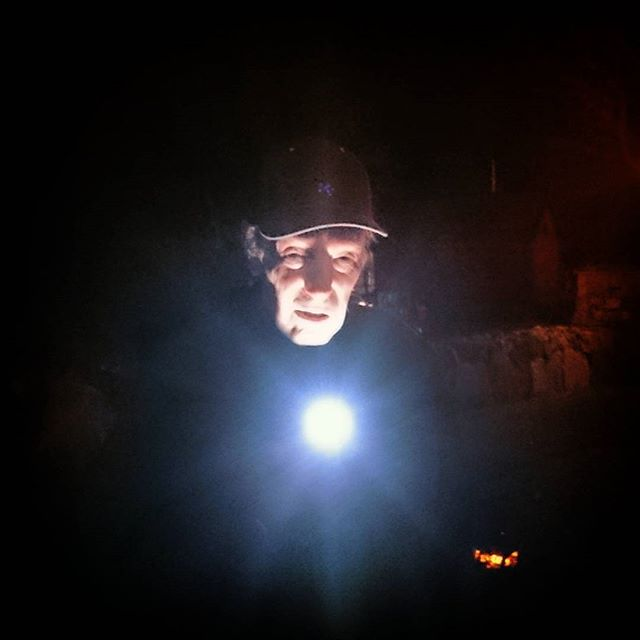Min farfar, 98 år, leker halloween när vi tänder lite ljus på kyrkogården.