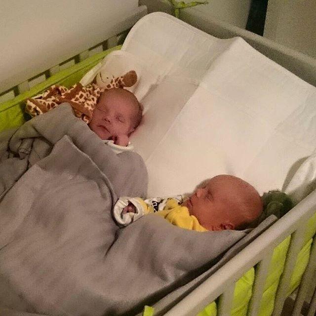 Den första november i år var dagen som våra döttrar föddes. Det var Alla helgons dag, påven var i Sverige, och den första snön föll för vintern. Vi hade rum 10 på kvinnokliniken, rum 10 på förlossningen och rum 10 på BB (och 101010 binärt blir i decimal form 42). På detta är de tvillingar. Enäggstvillingar dessutom. Så nog är de unika små töser!Men framför allt är de våra döttrar. ️️ Nu har vi börjat landa hemma och ska precis natta oss själva, för att förbereda oss på en ny normal vardag imorrn. På sjukhuset har vi blivit omhändertagna på ett bra sätt, men hemma är det ändå bäst. ~~JättesuperTACK för alla gratulationer och lyckönskningar från alla!~~