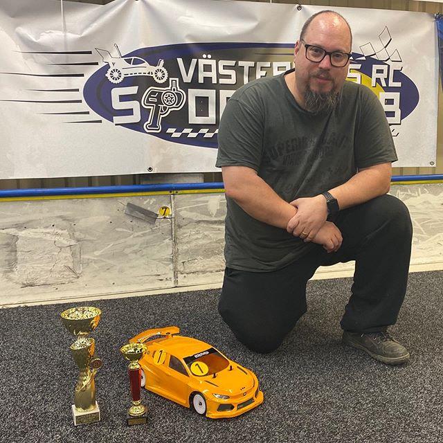 Med lite otur hamnade jag i B-final istället för A, och med lite tur vann jag den. Sen visade det sig att med lite tur och omständigheter så kom jag 3:a i cup-totalen! Sweet! Det lönar sig att köra alla cup-race 🙃#DestinyRacing #RX10FF #FF #FWD #Hobbywing #Futaba #BittyDesign #HCF #Hudy #Autopartner #HobbyCity #NettoRC #EuroRC #ToniSport #Minicars #Rynos #MSEC #VästerortIndoorRCArena #RCCars #RCRacing #AlmostYellow #VroomVroom